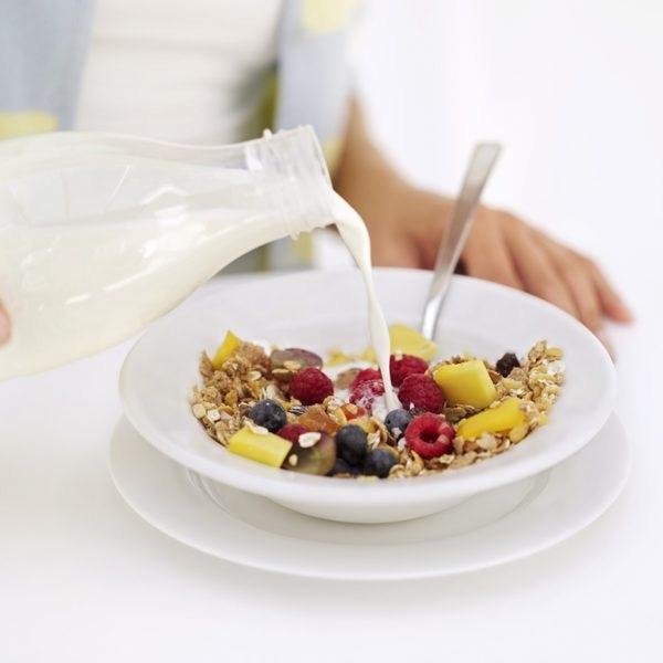 Sử dụng Ngũ Cốc Calbee Nhật với sữa tươi