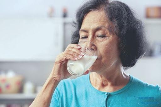 Người già uống sữa ensure cho sức khỏe